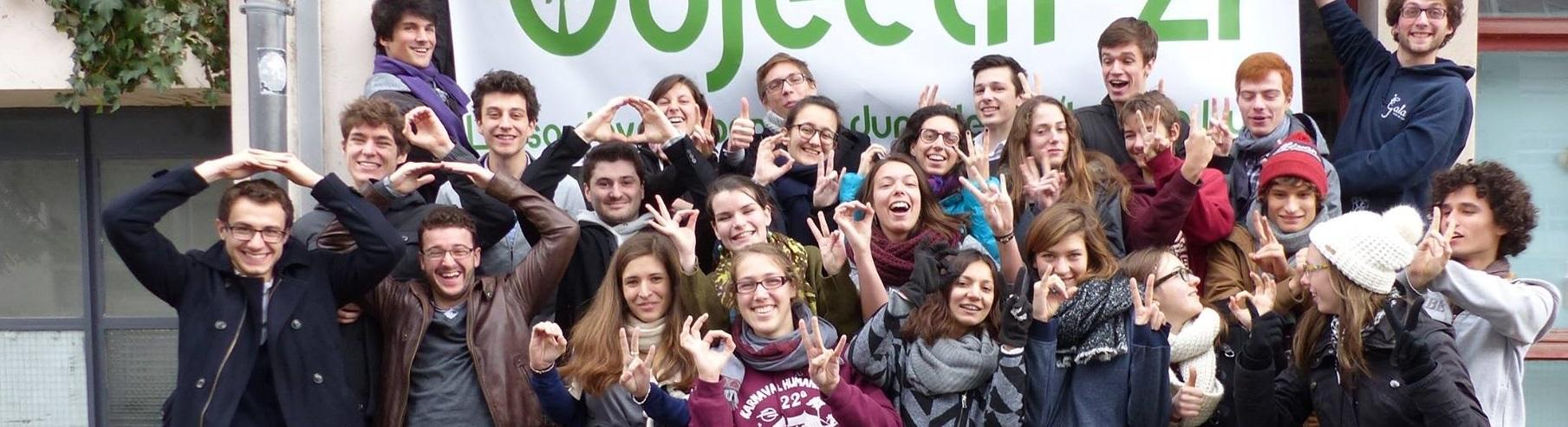 Photo réunissant l'ensemble des membres d'Objectif 21 de l'année 2015-2016. La photo n'a pas pour vocation d'être sérieuse, tout le monde à la banane et est content de représenter cette association de développement durable du campus de l'INSA de Lyon.